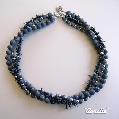 Collier coralie : corail bleu, perles tchèques argentées, finitions