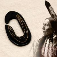 Pendentif tribal hameçon en corne gravée